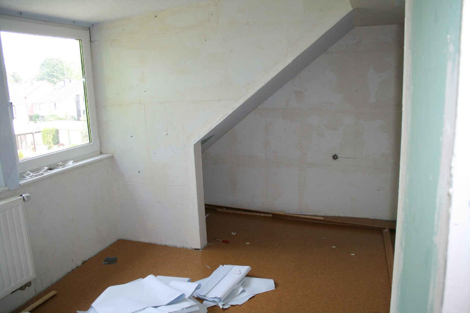 im 1 og das hintere zimmer von der t r aus es soll das schlafzimmer werden die zeitung sind. Black Bedroom Furniture Sets. Home Design Ideas